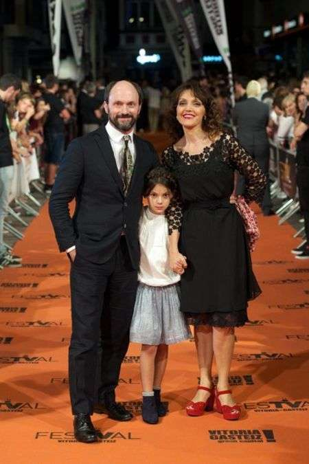 Dafne Keen with her parents, father Will Keen, and mother María Fernández Ache.